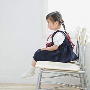 那麼近看電視,想瞎掉是不是?別再嚇壞小孩,爸媽該改變觀念了!