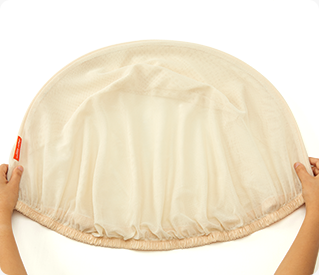 握住蚊帳兩側支架,折平形成半圓形